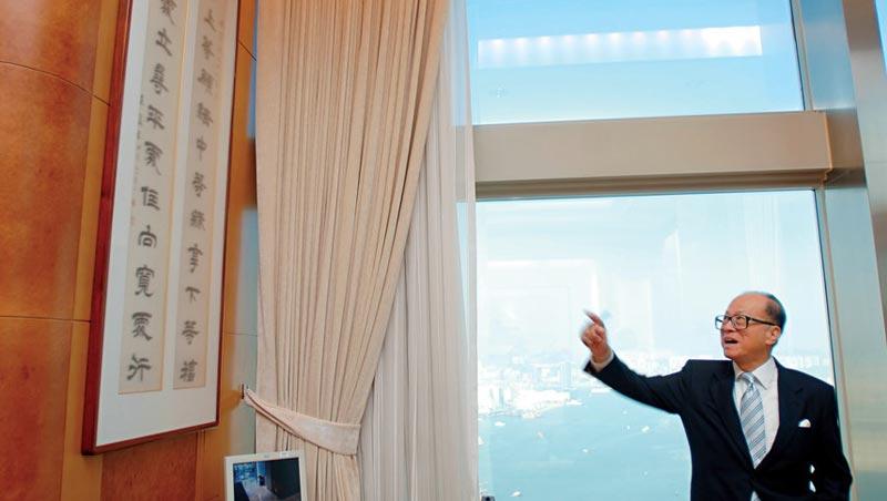 辦公室裡懸掛著左宗棠的詩句,「發上等願,結中等緣,享下等福,擇高處立,尋平處住,向寬處行」這是李嘉誠奉行的人生哲理。