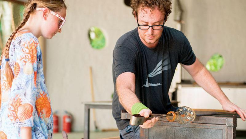 進入玻璃藝術工作室,來一場吹製玻璃DIY體驗。