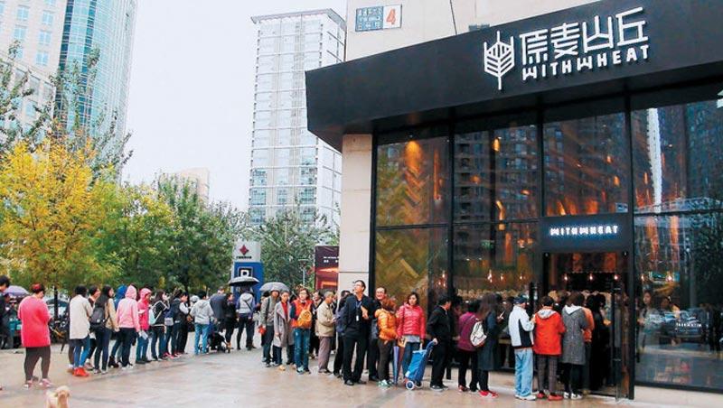 北京最紅麵包店,竟是台灣麵包冠軍師傅開的!麵包平均單價是當地3倍,卻靠著台式創意口味,讓中國客大排長龍。