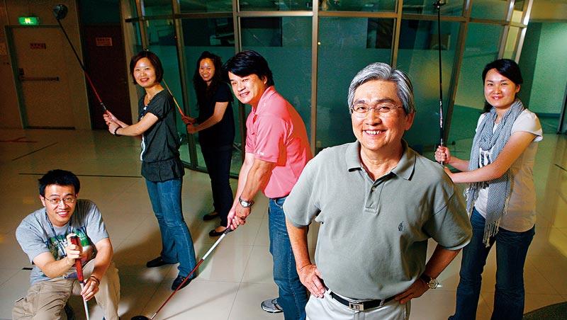 明安總裁鄭錫坤(右2)從20多年前就帶領團隊布局複合材料研發,早別人一步的眼光與布局,是這回能搶到蘋果訂單的關鍵。