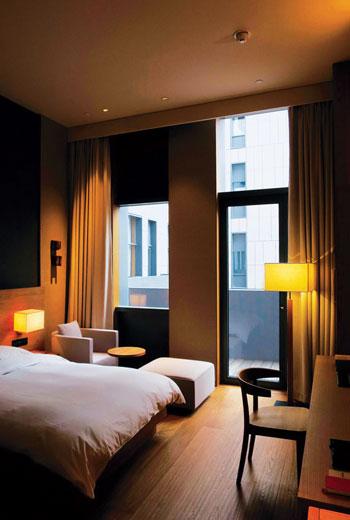 房間散發濃濃無印良品風,床鋪較硬,但枕頭可以選擇適合自己的軟度。