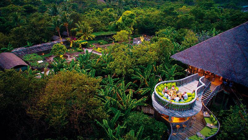 馬爾地夫索尼娃芙西的菜園餐廳避免安裝空調,利用加高茅草屋、天然海風,確保通風涼爽。在植物與蔬菜上方的吊橋與陽台為旅客帶來趣味體驗,踏入餐廳前,欣賞菜園美景。