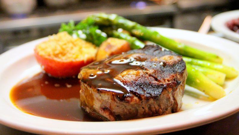 「訂價」的秘密》在餐廳,為何多數人不點最貴、也不點最便宜的菜?