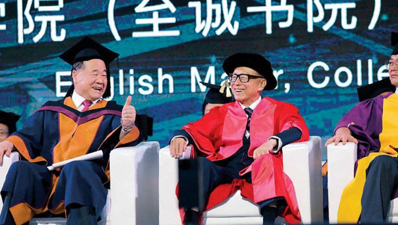 失學的童年讓李嘉誠更重視教育,他持續資助汕頭大學,每年都不缺席畢業典禮。