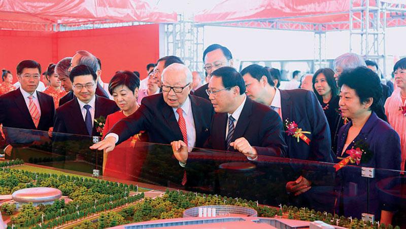 中國早在惠台31條政策前就對台科技業給盡牛肉。如台積電登陸建12吋廠,落腳南京,傳聞當初該地政府提供3大園區9塊地任挑。