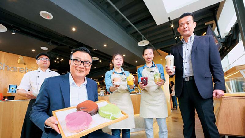 歇腳亭董事長鄭凱隆(左2)說:「台灣茶飲店必須轉型升級!」台北黃金店面靠高價位茶飲和軟法麵包,單日營收破30萬元。