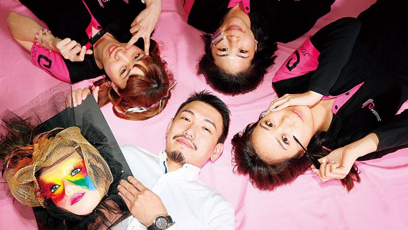 美妝公司業務出身的陳博凱(白衣者),從雅虎拍賣起家賣批發貨,後來自創品牌,讓邑軒成為台灣最大假睫毛品牌及代工廠。