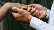 月薪10萬才能結婚?別只想花錢!從資本主義看婚姻:親密關係永遠不可能被「商品化」