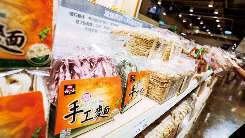 食安事件連環爆,泡麵銷量掉3成, 現在大賣場泡麵架上,都得「讓」出空間給快煮麵。