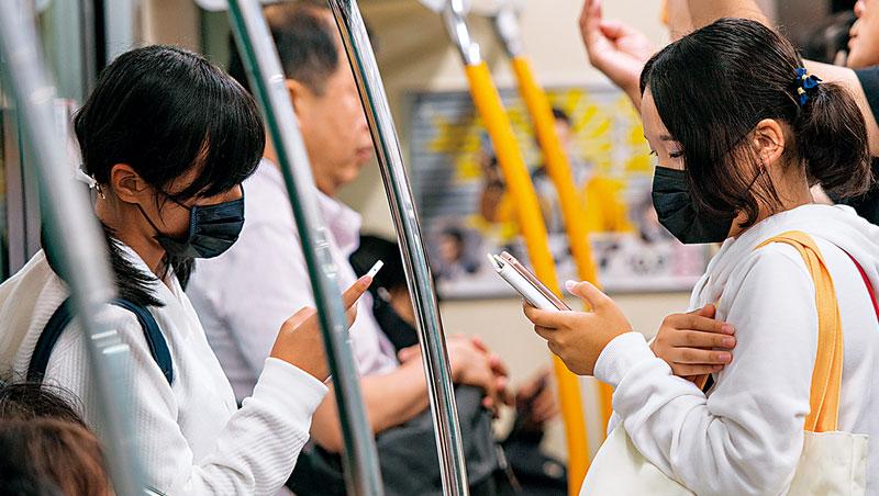 現代學生看手機的時間恐怕多於電視或電腦,許多企業已經想通,與其要求他們抽離手機,不如設法加入這個指尖經濟圈。