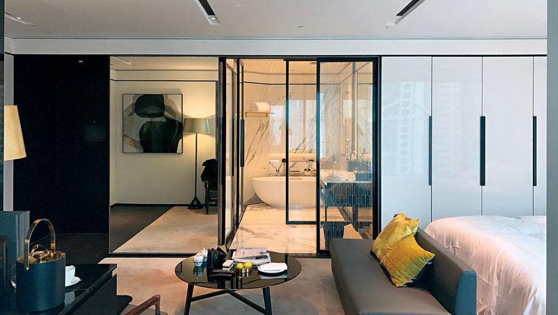 浴室隔門為先進的液晶玻璃,可變換成透明與磨砂模式,同時改變室內氣氛。