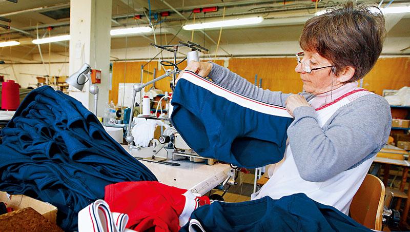 法國小褲褲強打生產全程「百分百純手工在地製造」,創造精品內褲形象,黏住巴黎的千禧世代粉絲。