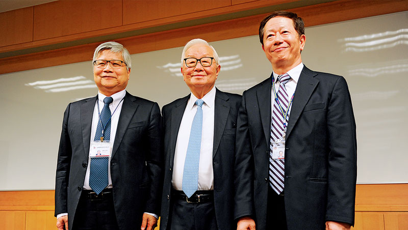 台積電董事長張忠謀(中)花了13年時間摸索,才宣布將交棒給魏哲家(左)接任總裁、劉德音(右)接任董事長。