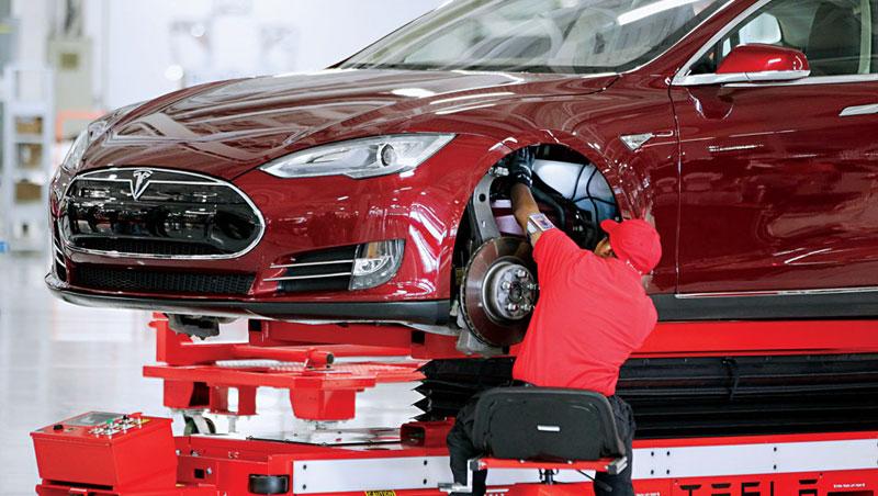 特斯拉4月17日宣布暫停 Model 3 生產線,並承認過度自動化是錯誤。圖為工人組裝 Model S 現場。