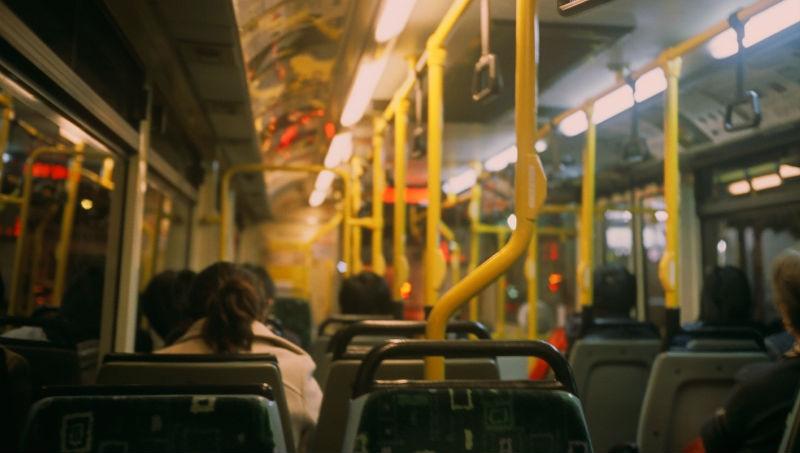 王牌房仲50歲退休,放著跑車不開,改當公車司機:每天6點起床,被人需要才快樂