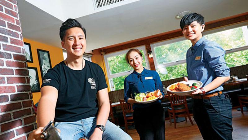 貳樓董事長黃寶世(左)從美式管理出身,2年前改革增加員工彈性,反激盪出美式結合中式的創意料理。