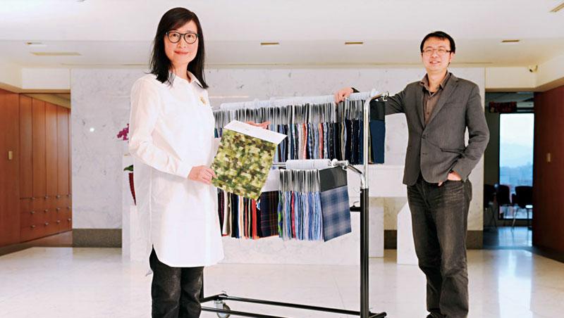 以格紋布打出名堂的和明,在第二代陳富泉之妻李桂林(左)主導下,和策略執行顧問李佳憲(右)合力讓老廠注入新科技。