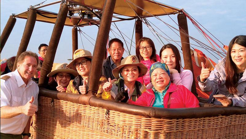 團體旅遊男女老少皆有,習慣各不相同,林貞玫(中)建議帶長輩參團須多點用心,行前多了解行程與成員組成。