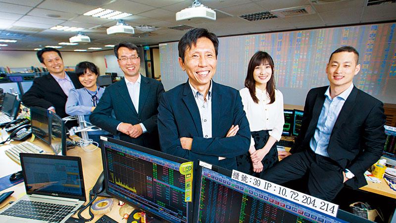 今年50歲的楊凱智(前),花近半輩子時間給統一證自營部,其管理的團隊更是屢屢創下獲利第一的好成績。