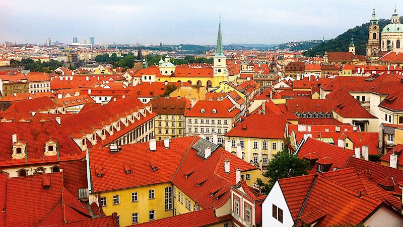 布拉格建築物最精彩的部份,擺放在頂蓋,唯有從上向下俯視,才能看個完整。