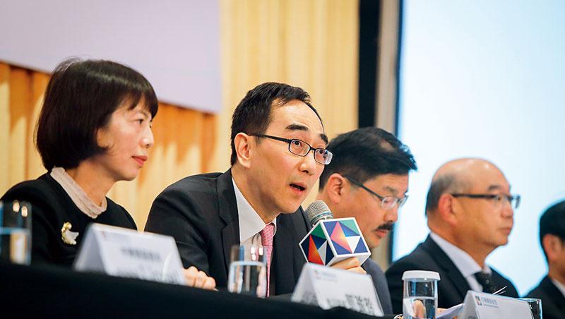 開發金控總經理、中國人壽董事長-王銘陽(左2)