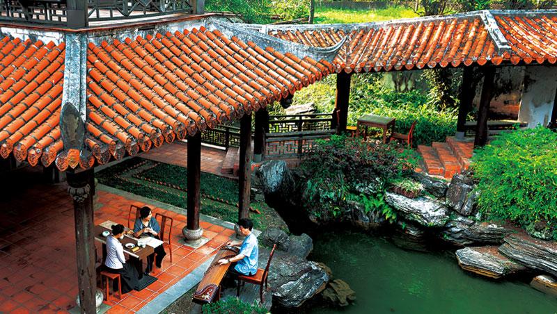 來到台灣最大的園林建築「南園」,能一享在亭台樓閣裡聽琴的遊園之樂,也可另外付費預約茶席。