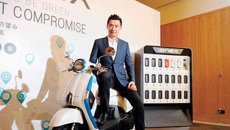 不讓政府獨厚Gogoro,光陽董事長柯勝峯推出電動機車充換電系統,分為隨車銷售的白色自有電池及供租借的橘色電池,打出差異化。