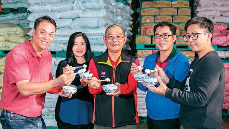 三好米執行董事陳信佑(中)透露,家族成員每天11點都會齊聚一堂,現煮現吃當天要出貨的米,只要口味不對勁,就會送回南部工廠找原因,這個習慣已經傳承30年以上。