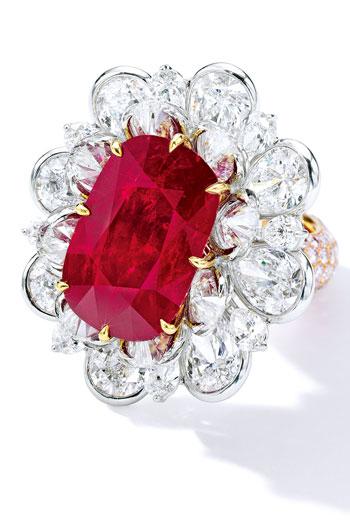 成交價超過3億元的紅寶石戒指,周邊鑲梨形鑽石,指環密鑲圓形淡粉紅色鑽石。2有色寶石在不同光源下,效果與色澤都有所差異。3「環翠滿圓」經香港玉石鑑定中心評定為天然翡翠。