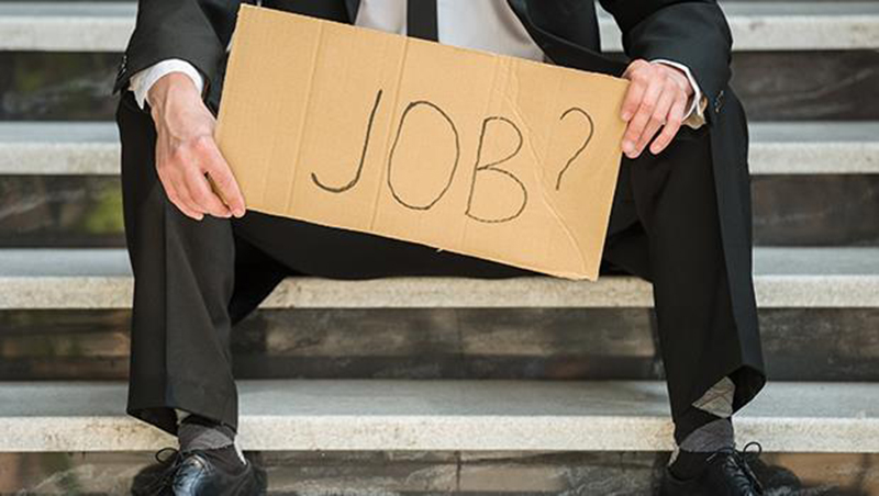 呼籲企業多用中年人,竟引起「和年輕人搶工作」的怒吼!台灣青貧已經到悲憤交加的程度