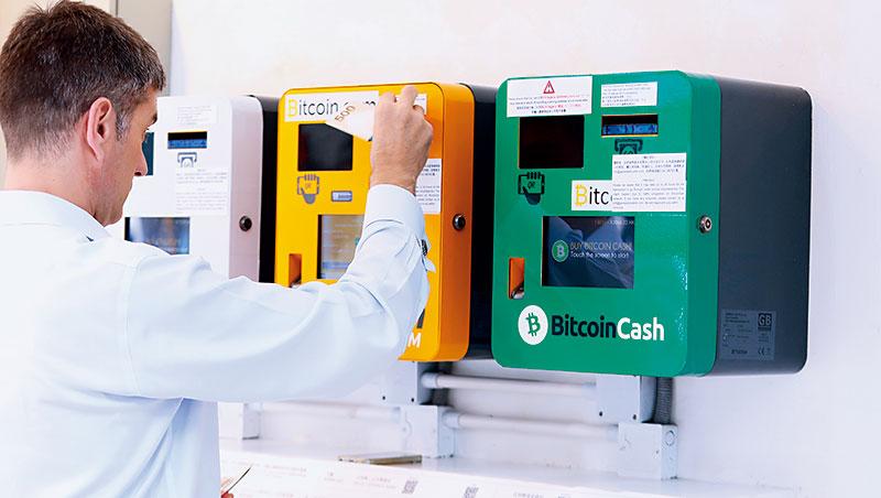 比特幣等虛擬幣熱潮帶動ICO普及化,卻也帶來更多詐騙機會,投資風險攀升。圖為比特幣提款機。