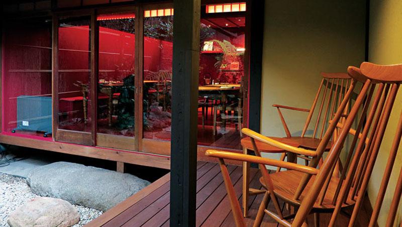 褚紅色的泥牆讓餐廳擁有如深山小屋般溫暖的氛圍。2客房間有一條僻靜巷弄,供人駐足透氣。