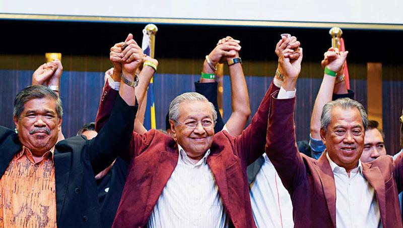 現任馬來西亞總理馬哈迪(圖中)
