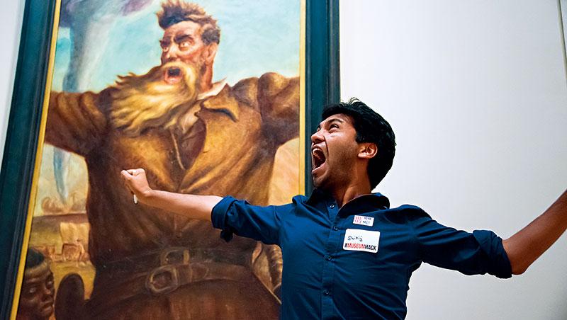 全世界的博物館為了爭取遊客花招百出,除了設計團康活動的方式帶客導覽,甚至有裸遊行程,標榜真實的多元觀展體驗。