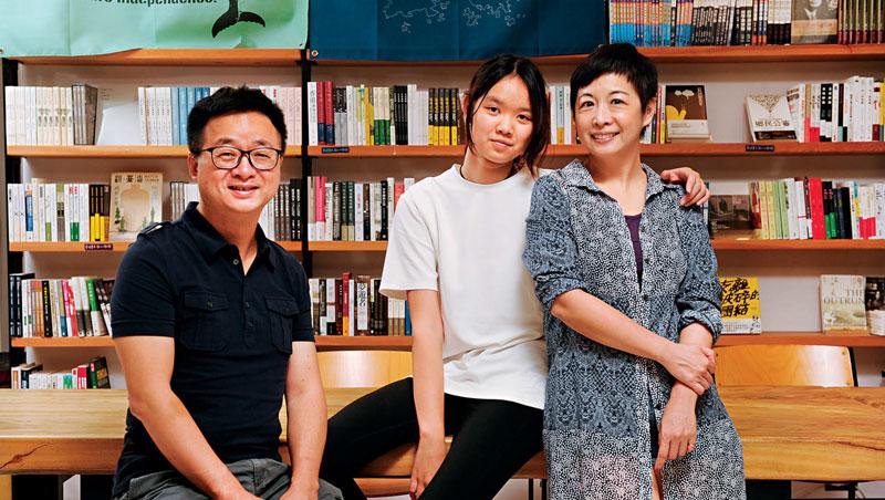羅文嘉與妻女受訪時表示,台灣過去多年的教育改革是徹底失敗,「現在孩子比我們以前更累,考試更多、更難,還要讓下一代如此嗎?」