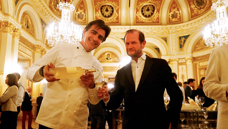 1Ch. d'Yquem選在豪華氣派的波爾多歌劇院發表初釀成的2017新年份,左起為三星名廚亞尼克(Yannick Alléno)與酒莊總管洛頓(Pierre Lurton)。