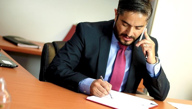 一個補習班老師考上律師執照,10年內就成為「提到打官司就想到他」的王牌律師!全靠這件事