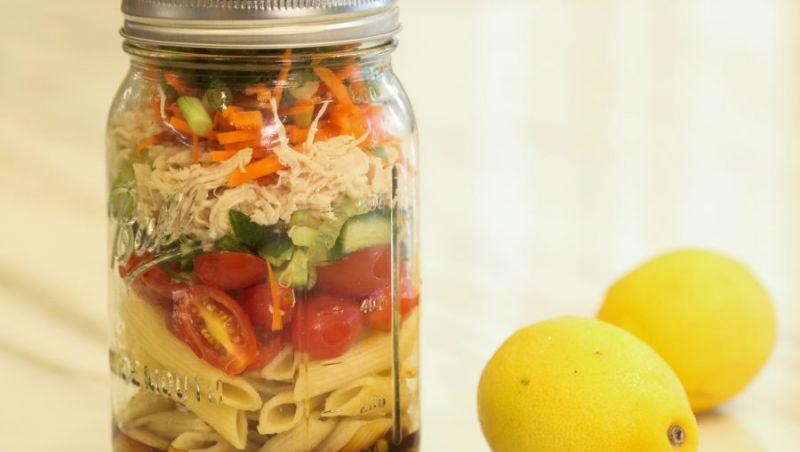 夏日必吃!玻璃罐涼麵沙拉、椰奶雞肉寬麵...5道人氣「低卡消暑義大利麵」