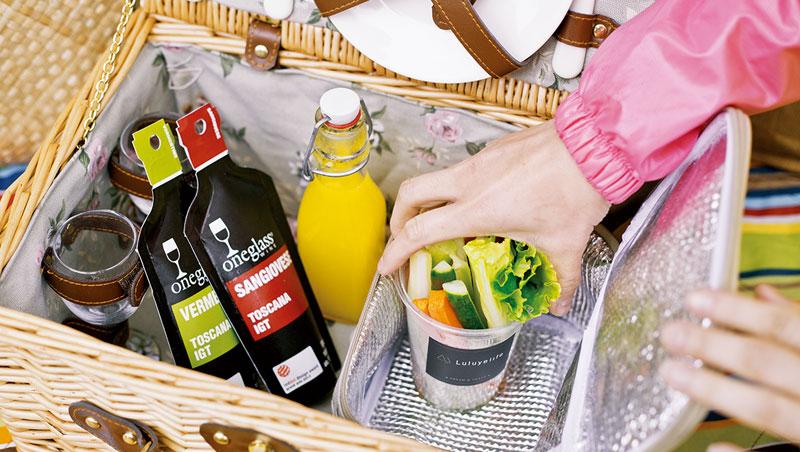 野餐墊、野餐籃與繽紛三角旗是戶外營造氣氛的法寶。就算最簡單的郊山,攻頂也需約一、兩小時,因此三明治或漢堡食材須避免生水,可將生菜、黃瓜與洋蔥瀝乾後再組裝。