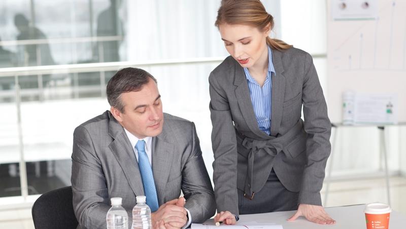 從工讀生做到執行長,奉獻25年,卻因冒犯董事長下台...一個故事告訴你:別對老闆死心塌地