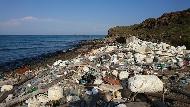 離島海岸堆滿廢棄寶特瓶,撿也撿不完!迎接夏天觀光旺季,考驗澎湖的垃圾清運問題