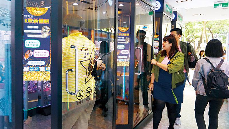 電話亭式KTV近來進駐各大百貨,拉低K歌門檻,1首歌最低20元。
