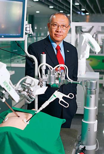 上銀董座卓永財2014年即展示腹腔微創手術機器人,但進醫療市場門檻高,近年才受兩岸醫院重視。