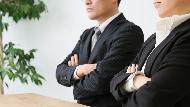 挺同事槓主管,最後自己離職,同事卻變主管創業夥伴...職場傻事:跟別人一起出氣