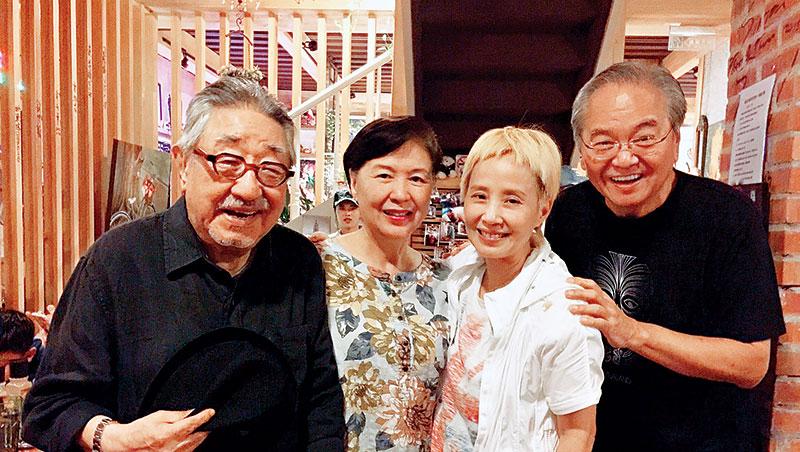 過去陶爸(右起)、李明依、陶媽與孫越合影,足見彼此的好感情。