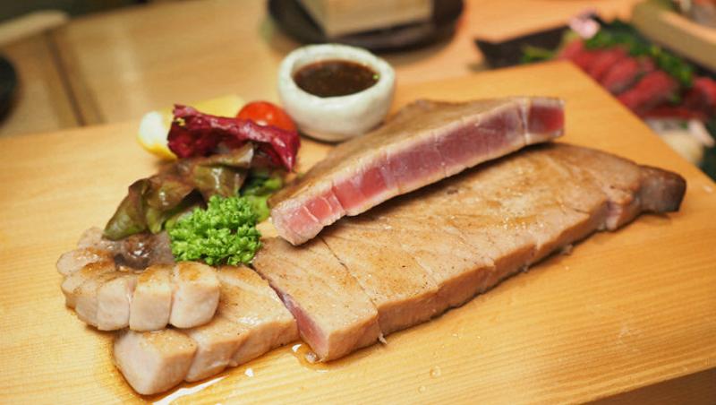 鐵板煎鮪魚排,恰到好處的油脂帶甜...不敢吃生魚片也推薦!趁東京築地市場收掉前,必吃這間「鮪魚專賣店」