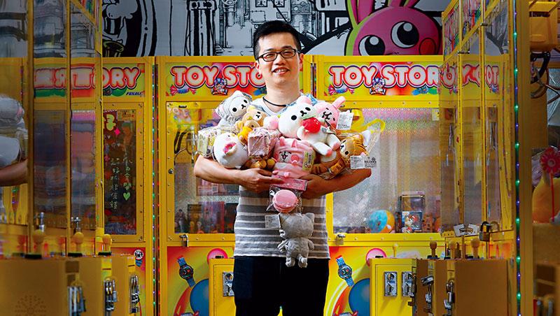 滿街娃娃機、平價美甲店、電話亭KTV,到底怎麼回事?