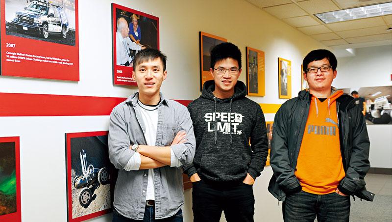 這些台灣高材生,來自無人車人才搖籃_校友劉冠宏(左1)帶著我們細數卡內基美隆大學在自駕車、機器人的戰績;校園內象徵人類潛能的雕塑揭幕1年後,就見證該校拿下美國自駕車大賽冠軍。