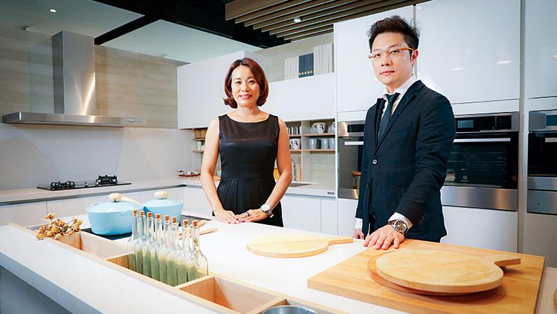 不只要在國內當廚具老大,張怡嘉(左)將眼光放到海外市場,去年在菲律賓設廠,把廚具外銷至東南亞。