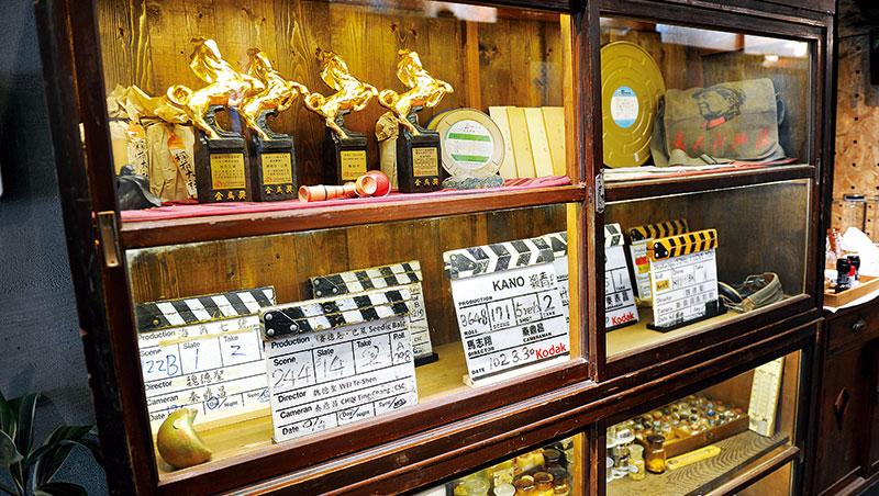 魏德聖咖啡店內的獎座、道具,展現他對電影的熱愛與成就;下一步,他將用更大計畫讓產業與人才根留台灣、站上國際。